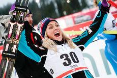 Therese Johaug jubler over sin flotte seier på 2. etappe av minitouren i Kuusamo 2015. Foto: Modica/NordicFocus.