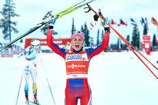 Therese Johaug jubler over å ha vunnet minitouren i Kuusamo og Ruka 2015. Foto: Felgenhauer/NordicFocus.