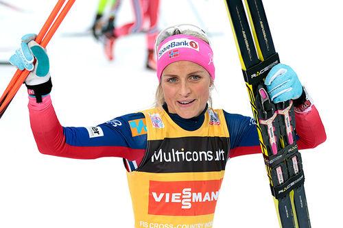 Therese Johaug jubler etter sin maktdemonstrasjon på skiathlon under verdenscupen på Lillehammer forrige vinter. Foto: Modica/NordicFocus.
