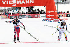 Heidi Weng (t.v.) og Charlotte Kalla spurter om andreplassen i skiathlon på Lillehammer 2015. Den duellen vant Weng. Foto: Modica/NordicFocus.