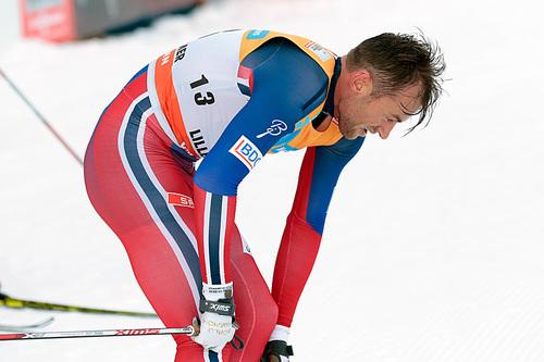 Petter Northug gikk i mål til sjetteplass i fellesstarten med skibytte under verdenscupen på Lillehammer 2015. Foto: Modica/NordicFocus.