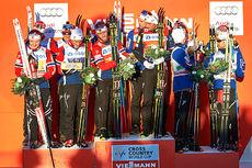 Seierspallen etter herrestafetten under verdenscupen på Lillehammer 2015 besto av 12 norske løpere. Norges 1.-lag vant foran 3.- og 2.-laget. Foto: Modica/NordicFocus.