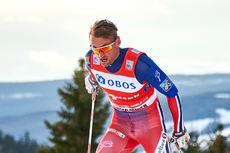 Petter Northug ute på ankeretappen for Norges førstelag under verdenscupen på Lillehammer 2015. Han sikret til slutt seieren. Foto: Modica/NordicFocus.