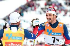 Hans Christer Holund etter sin første tur opp på verdenscuppallen. 3. plass ble det i 30 km skiathlon på Lillehammer i desember 2015. Vinneren Martin Johnsrud Sundby i gult nummer gratulerer. Foto: Modica/NordicFocus.