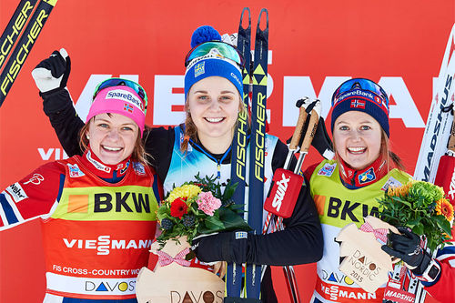 Damenes seierspall etter verdenscupsprinten i Davos 2015. Fra venstre: Maiken Caspersen Falla (2. plass), Stina Nilsson (1) og Ingvild Flugstad Østberg (3). Foto: Felgenhauer/NordicFocus.