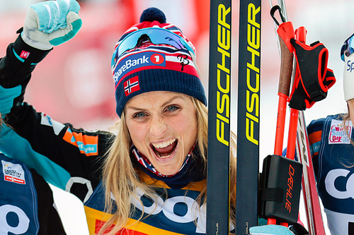 Therese Johaug jubler for seier på 10 kilometer klassisk under verdenscupen i Toblach 2015. Foto: Modica/NordicFocus.