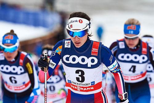 Heidi Weng leder minitouren på Lillehammer og går ut først på den avsluttende jaktstarten søndag. Her er hun i aksjon under Tour de Ski forrige vinter. Foto: Felgenhauer/NordicFocus.