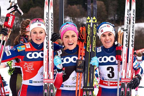 Seierspallen på 10 km fellesstart i klassisk stil under 5. etappe av Tour de Ski 2016 i Oberstdorf. Fra venstre: Ingvild Flugstad Østberg (2. plass), Therese Johaug (1) og Heidi Weng (3). Foto: Felgenhauer/NordicFocus.