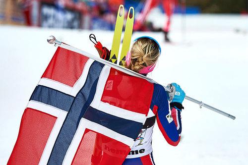 Therese Johaug venter på sine konkurrenter på toppen av Monsterbakken i Tour de Ski 2016 etter å ha tatt en klar sammenlagtseier. Foto: Felgenhauer/NordicFocus.