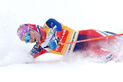 Therese Johaug tar ut alt for å sikre seieren på 10 km fri under verdenscupen i Nove Mesto 2016. Foto: Rauschendorfer/NordicFocus.