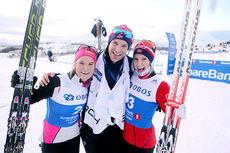 Eivind Warlo omkranset av NM-medaljørene Mari Eide (tv) og Thea Krokan Murud etter 10 km klassisk under NM i Tromsø 2016. Hele trioen er tilknyttet Team Veidekke innlandet. Foto: Erik Borg.