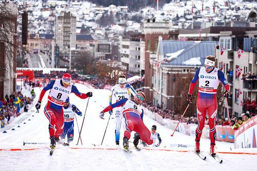 Petter Northug i midten strekker foten frem for å sikre seg plass i sprintfinalen under verdenscupen i Drammen. Ved sin side har han Ola Vigen Hattestad og Eirik Brandsdal. Disse ble til slutt også topp 3 i rennet. Foto: Felgenhauer/NordicFocus.