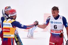 Petter Northug, til høyre, ble nummer 6 og gratulerer Martin Johnsrud Sundby med seieren på 5-mila i Holmenkollen 2016. Niklas Dyrhaug (ved siden av Martin) ble nr. 2. Foto: Felgenhauer/NordicFocus.
