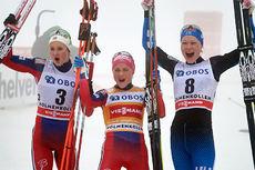 Seierspallen etter 30 km fellesstart i Holmenkollen 2016. Fra venstre: Ingvild Flugstad Østberg (2. plass), Therese Johaug (1) og Anne Kyllönen (3). Foto: Felgenhauer/NordicFocus.