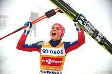Therese Johaug jubler for seier på nesten 4 minutter på 3-mila i Holmenkollen 2016. Foto: Felgenhauer/NordicFocus.