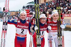 Seierspallen etter verdenscupsprinten i Stockholm 2016. Fra venstre: Ingvild Flugstad Østberg (2. plass), Maiken Caspersen Falla (1) og Stina Nilsson (3). Foto: Felgenhauer/NordicFocus.