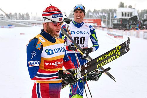 Martin Johnsrud Sundby etter femteplassen på 10 kilometer klassisk under verdenscupen i Falun 2016. Bak ser vi Maurice Manificat som ble nummer tre. Foto: Felgenhauer/NordicFocus.