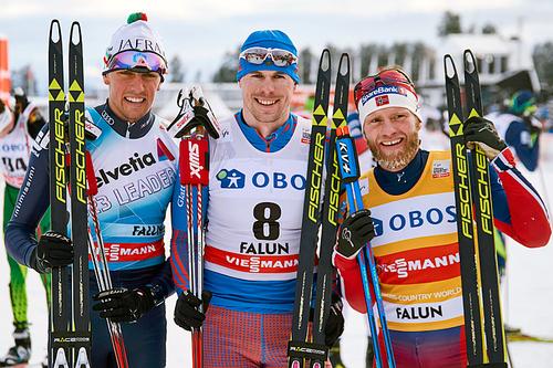 Topptrioen på 15 kilometer fellesstart i fristil under verdenscupen i Falun 2016. Fra venstre: Francesco de Fabiani (2.-plass), Sergey Ustiugov (1) og Martin Johnsrud Sundby (3). Foto: Felgenhauer/NordicFocus.