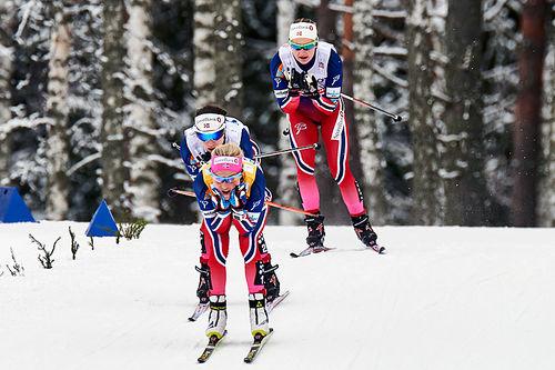 Therese Johaug i føringen under 10-kilometeren i Falun for et par sesonger siden. Bak følger Heidi Weng og Ingvild Flugstad Østberg. De tre var henholdsvis nummer 1, 2 og 9 i mål. Foto: Felgenhauer/NordicFocus.