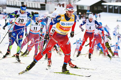 Martin Johnsrud Sundby fører feltet på fellesstarten i Falun 2016. Til slutt ble han nummer tre. Foto: Felgenhauer/NordicFocus.
