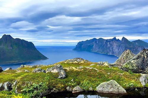 Nydelige omgivelser venter i Salomon Xreid Senja. Her Mefjorden sett fra Svartholvatnet. Foto: Cecilie Olsen.