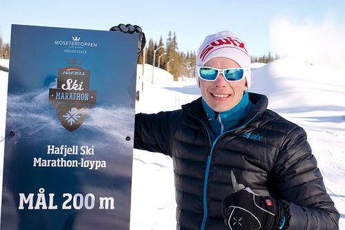 Markedsansvarlig Espen Harald Bjerke kan på vegne av Hafjell Ski Marathon lokke med et bugnende premiebord. Foto: Morten Nordlie.