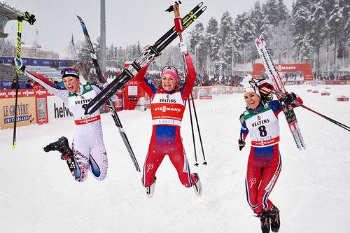 Sprintpallen for damer under verdenscupen i Lahti 2016. Fra venstre: Jessica Diggins (2. plass), Maiken Caspersen Falla (1) og Heidi Weng (3). Foto: Felgenhauer/NordicFocus.