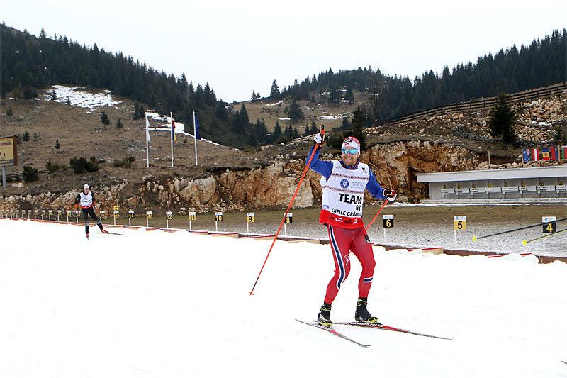 Daværende juniorlandslagstrener, Anders Byström, tester her snøen under Junior-VM i Rasnov og Romania 2016. Nå tar han over treneransvaret for rekruttlandslaget. Foto: Erik Borg.