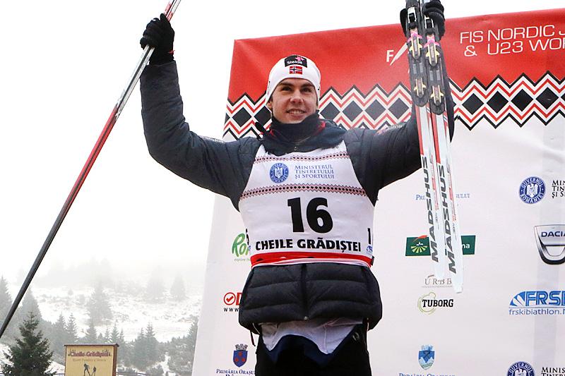 Mattis Stenshagen jubler for sølvmedaljen på 15 km fristil under Junior-VM i Rasnov 2016. Foto: Erik Borg.