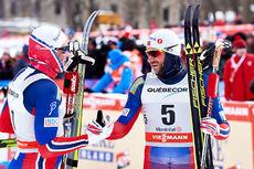 Petter Northug med startnummer 5 gratulerer Emil Iversen med seieren på 17,5 km fellesstart under Ski Tour Canada 2016. Selv ble Northug nr. 2. Foto: Felgenhauer/NordicFocus.