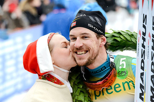 John Kristian Dahl får seierskysset etter å ha avgjort Vasaloppet 2016. Foto: Rauschendorfer/NordicFocus.