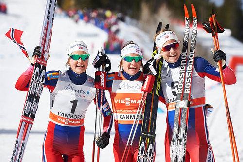 Seierspallen på 5. etappe i Ski Tour Canada 2016. Fra venstre: Ingvild Flugstad Østberg (2. plass), Maiken Caspersen Falla (1) og Astrid Uhrenholdt Jacobsen (3). Foto: Felgenhauer/NordicFocus.