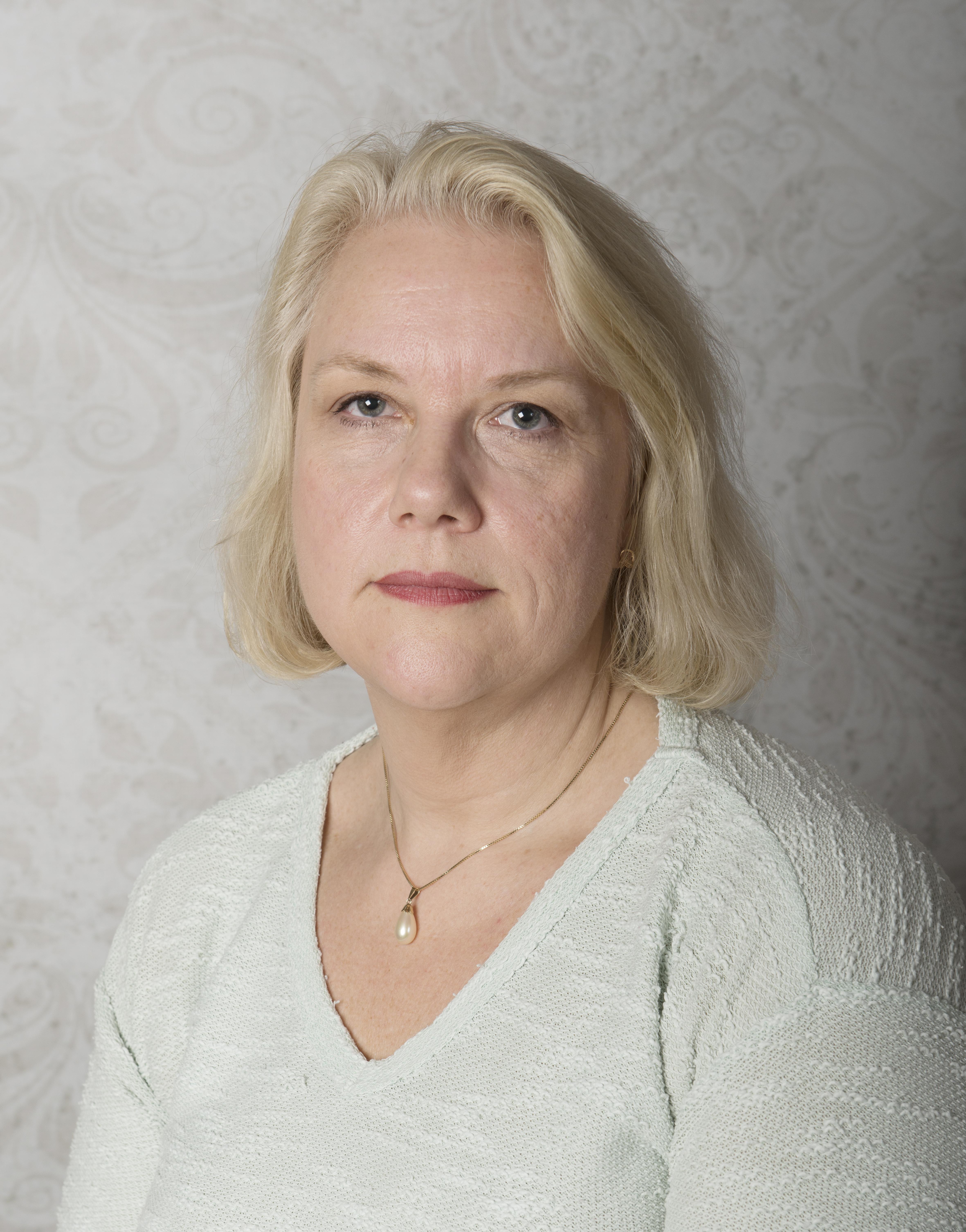 FUG-leder Gunn Iren Müller alvorlig (hvit genser).jpg