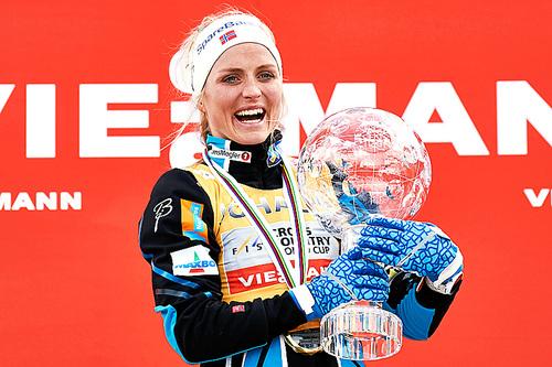 Therese Johaug med krystallkula som viser at hun vant verdenscupen sammenlagt for sesongen 2015/2016. Foto: Felgenhauer/NordicFocus.
