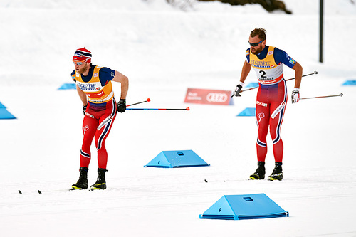 Petter Northug i rygg på Martin Johnsrud Sundby i jaktstarten som avsluttet Ski Tour Canada 2016. Martin vant til slutt i suveren stil, mens Petter ble nummer tre. Foto: Felgenhauer/NordicFocus.
