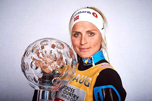 Therese Johaug med krystallkula som viser at hun vant verdenscupen sammenlagt for sesongen 2015/2016. Hun tok også hjem kula i distansecupen. Foto: Felgenhauer/NordicFocus.