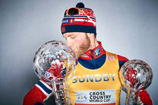 Martin Johnsrud Sundby med krystallkulene han fikk for å ha vunnet verdenscupen sammenlagt og distansecupen i sesongen 2015/2016. Foto: Felgenhauer/NordicFocus.