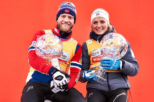 Martin Johnsrud Sundby og Therese Johaug vant verdenscupen sammenlagt 2015/2016. Her med det synlige beviset; krystallkulene. Foto: Felgenhauer/NordicFocus.