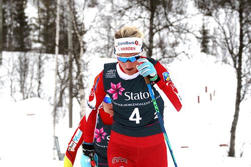 Kathrine Harsem i front på lagsprintens semifinale under NM på Beitostølen 2016. Foto: Erik Borg.