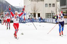 Bysprinten 2015 ble avgjort på oppløpet. Anders Gløersen jubler foran Eirik Brandsdal som vant de to foregående årene. Foto: Per Vikan/Helgelendingen.