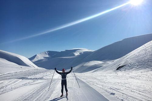 Henrik Johnsen fra Swix sin racingservice på plass under Svalbard Skimaraton 2016 for å gi optimale råd til gode ski. Foto: Swix Sport.