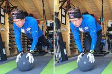 Planke i slynger med hendene på medisinball, der man trekker beina inn under seg, slik som Mårten Soleng Skinstad gjør på bildene. Foto: Team Sport 1 Skinstad.