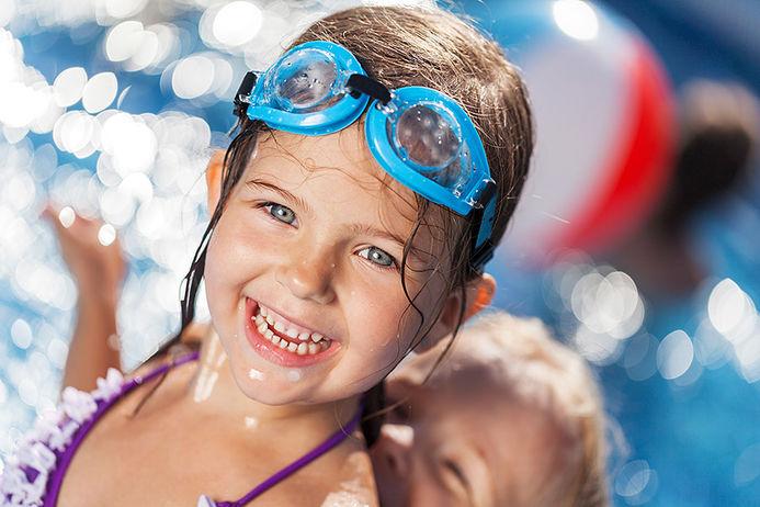 Illustrasjonsfoto barn som bader i svømmebasseng