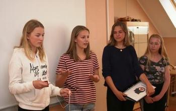 Emma S. Lysaker, Sara Berg, Sandra N. Bolstad og Celine Aamot presenterer sitt produkt for Formannskapet