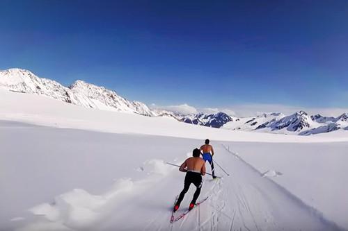 Eric Packer og han skivenner i APU Elite Team trener på Eagle Glacier i Alaske sommeren 2016. Foto: Privat/YouTube.