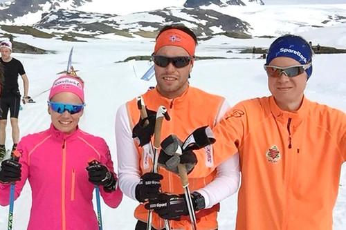De 2 nye løperne på Team ParkettPartner. Marthe Kristine Hafsahl Karset til venstre og Stian Storsveen til høyre. Her sammen med Simen Engebresten Nordli på Sognefjellet. Teamfoto.