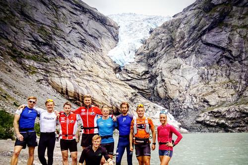Løpere fra Lyn Ski og Team LeasePlan på samling i forbindelse med Hellesyltløpet, her med Briksdalsbreen i bakgrunn. Foto: Privat.