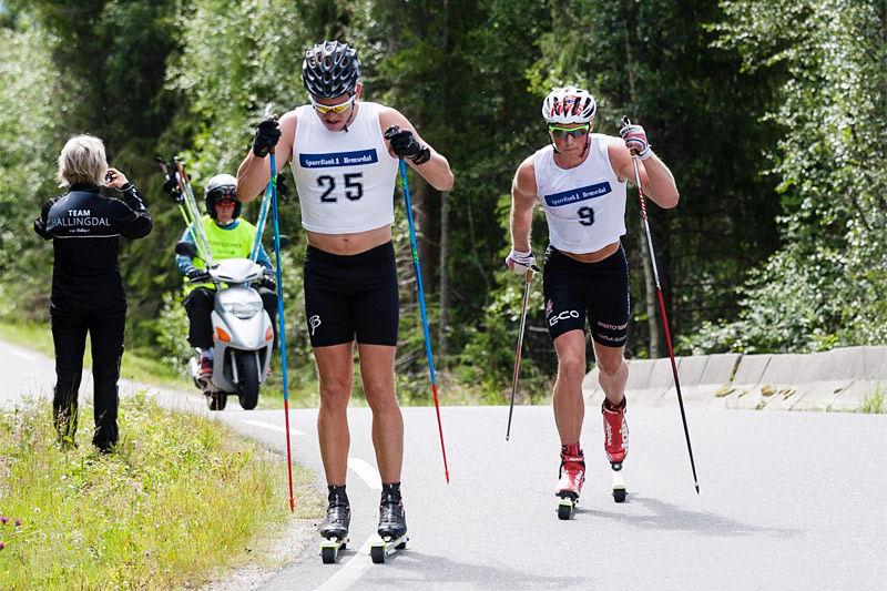 Pål Golberg leder an under det 30 km lange turrennet i Hemsedal Rulleskifestival 2016, like bak følger Emil Intelhus Brøto. I mål var rekkefølgen omvendt. Arrangørfoto.