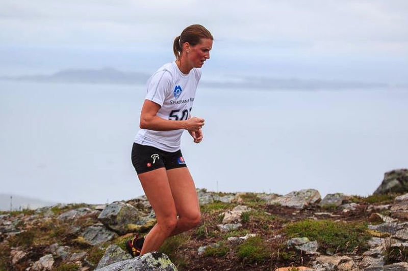 Kari Vikhagen Gjeitnes på vei mot seier i Midsund Triatlon 2016. Foto: Jiri Paur/Namlejne.cz.
