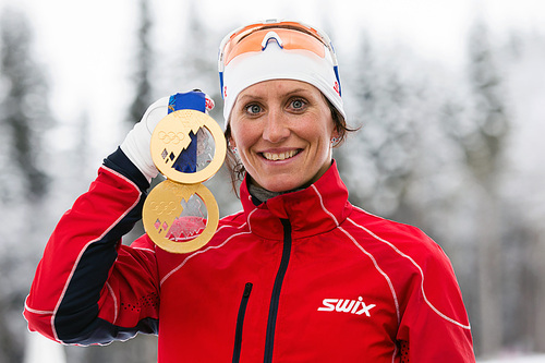 Marit Bjørgen viser frem medaljefangsten fra OL i Sotsji 2014. Foto: NordicFocus.